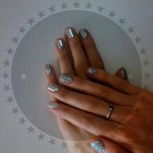 Блеск металла и сверкающие бриллианты! Поистине  роскошная оправа для аккуратного маникюра!