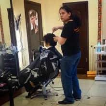 Папарацци в салоне – очень опасная работа! Если мастер запалит – всё. Берегись, фотограф, не сносить тебе волос!… 😀