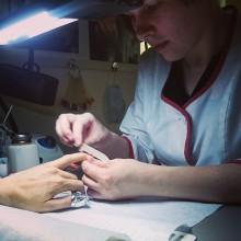 Это Ольга, наша мастер маникюра. Она жуткий перфекционист. По времени немножко дольше выходит пока что, но невероятно аккуратно и качественно! Очень рекомендуем!