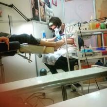 В кабинете идёт работа. Ольга Куликова, мастер педикюра, очень тщательно обрабатывает ступни клиентки. Постараемся не мешать, и на цыпочках быстро-быстро удалимся)