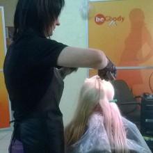 Сегодня Татьяна приводит в порядок голову высокой московской гостье. Блонд – очень ответственная работа. Тут нельзя отвлечься или недоглядеть!